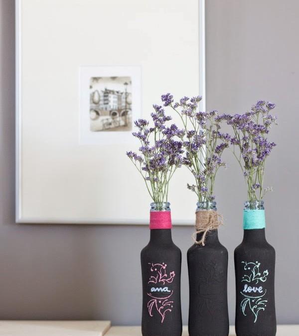 DIY: Recicla tus botellas de cristal y conviértelas en floreros de pizarra