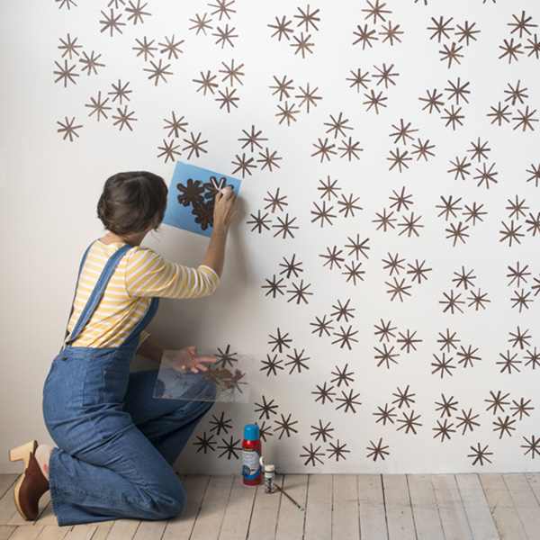 Diy c mo pintar una pared con estarcido muebles for Como decorar una pared con pintura